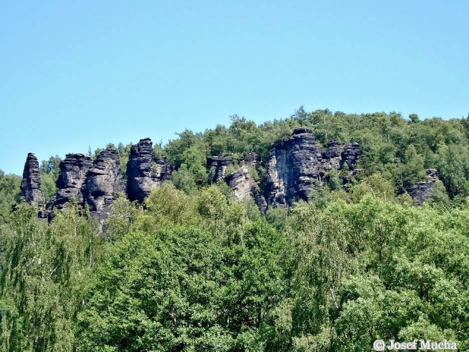 Ostrovské skály v lesích